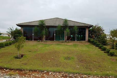 Casa de campo com piscina em condomínio fechado