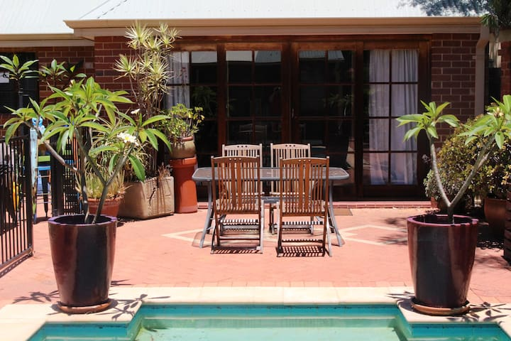 Granny-flat with pool in Mount Lawley