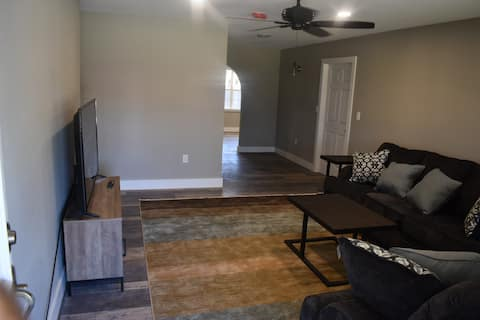 Renovated, Spacious 3bd / 2ba with Home Gym, BBQ,