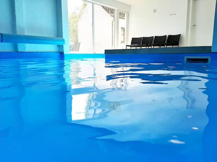 Poolhus til 20 personer, spa, sauna, pejs, bålsted