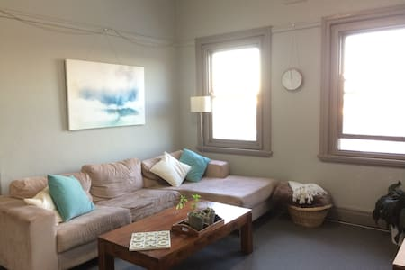 Light-filled comfortable apartment w/ ocean views - Coogee - Daire