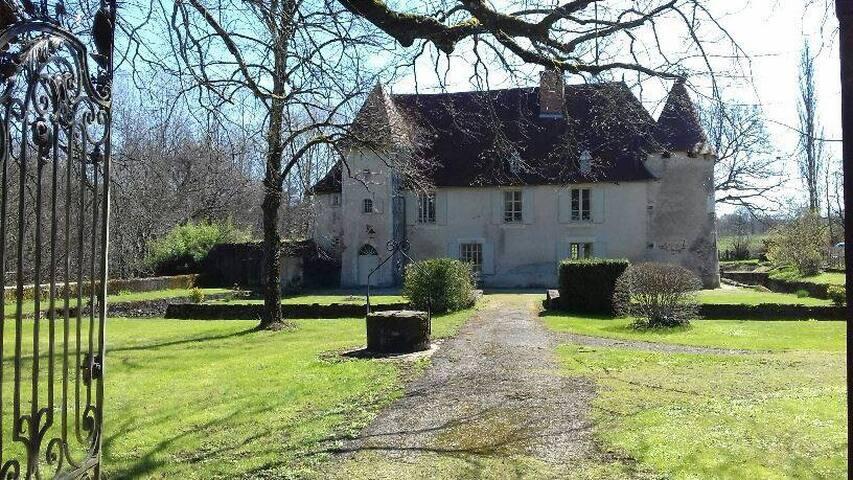 Chambres et table d'hôtes, Château de Chambes - Roumazières-Loubert - Guesthouse