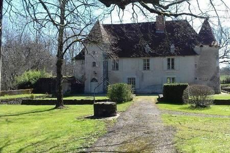 Chambres et table d'hôtes, Château de Chambes - Roumazières-Loubert - ゲストハウス