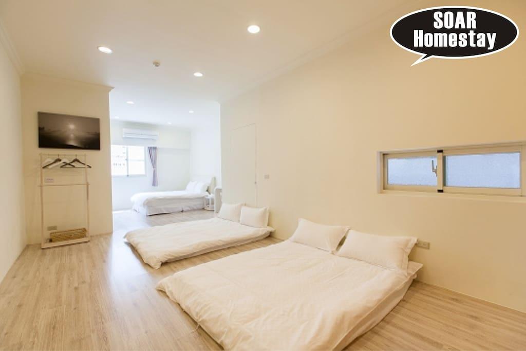 木板地面 12坪大空間 三張獨立的雙人床位