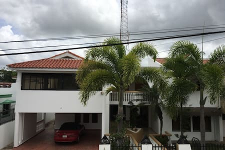 Spacious 4 bedroom/4.5 bathroom House With Parking