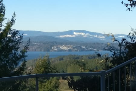 Quiet ocean view minutes from airport and ferry. - North Saanich