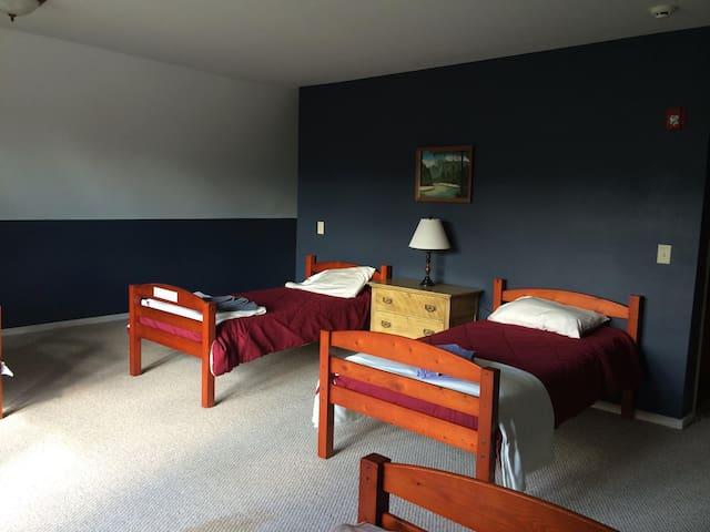 Little House Inn - Shared Bunk Room