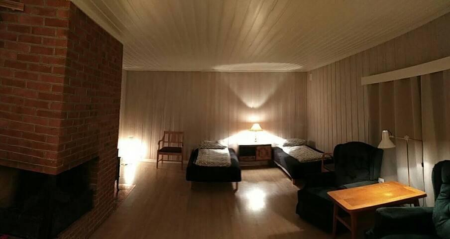 Privat rom i idyllisk feriehus med stort uteområde