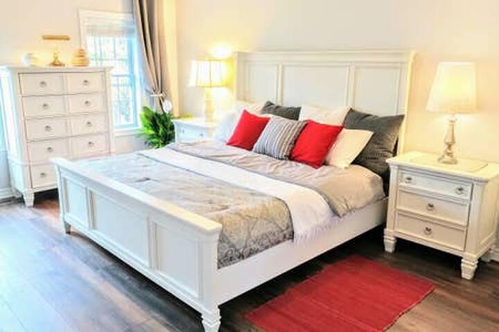 Master Bedroom w/ King Bed & Ensuite Bath