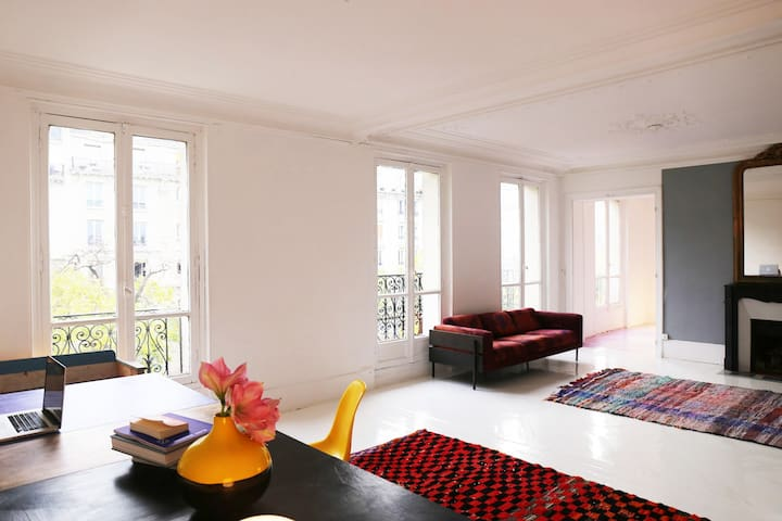 HUGE BEAUTIFUL LIGHTFUL CENTRAL FLAT IN PARIS