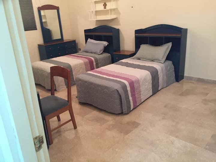 2-Habitación con baño privado en casa con alberca