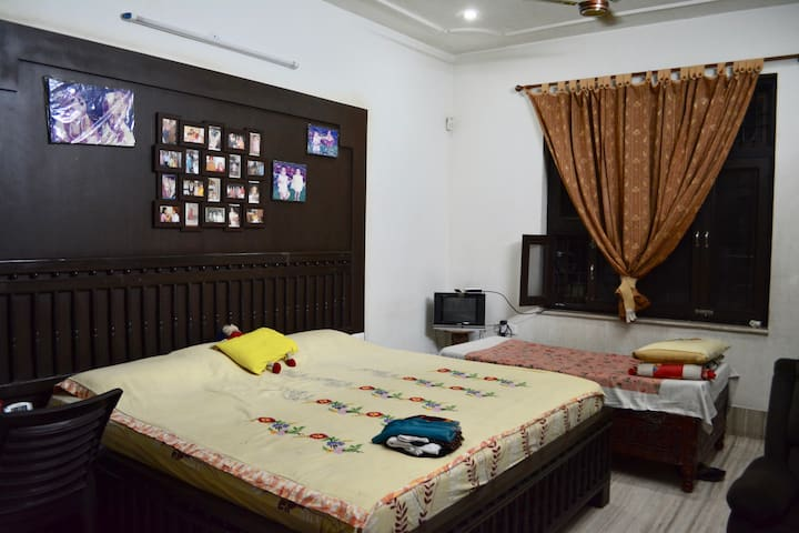 Lovely AC Double Room in Central Jaipur (w/ Bfast)