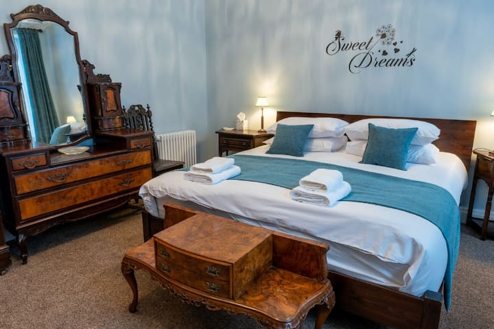 Forrest's Townhouse - Large Town-Centre  Holiday Accommodation for Up To 16 Guests.