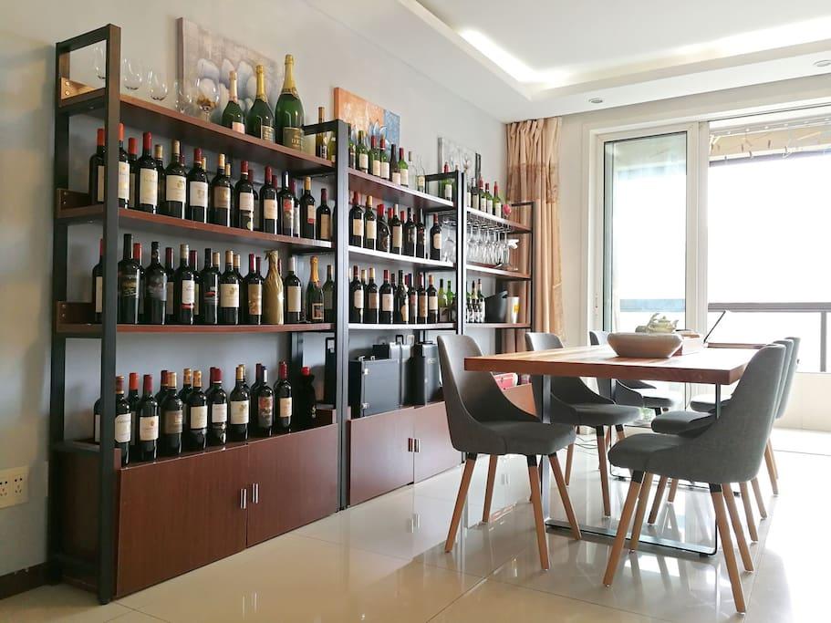 可品酒的超长桌,陈列的酒柜,原装进口的葡萄酒
