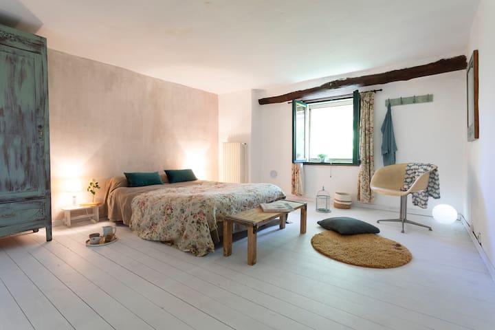 """camera matrimoniale  """" vigna""""  letto da 1 piazza e mezza con futon e armadio 1 anta"""