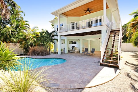 Elevated beach cottage with heated private pool, short walk from the beach