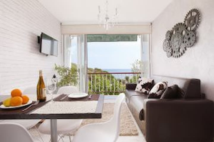 Beatiful beach front apartment in Sant Pol for 4