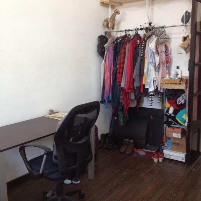 La habitación tiene escritorio y closet para poder colgar ropa.