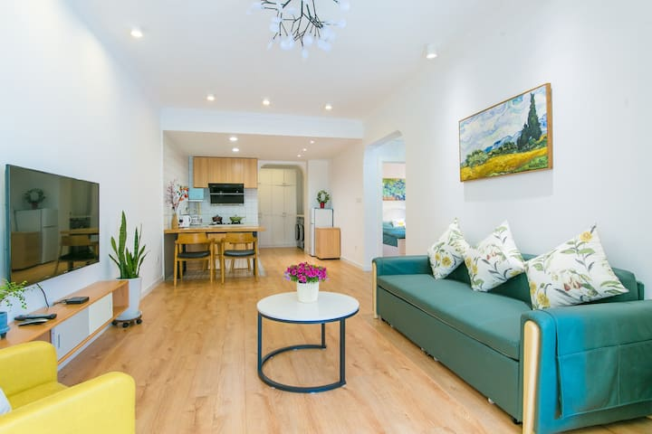 客厅智能电视、复古绿沙发和茶几,活动区域开阔