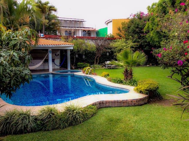 Hermosa casa mexicana con alberca jacuzzi y jardín