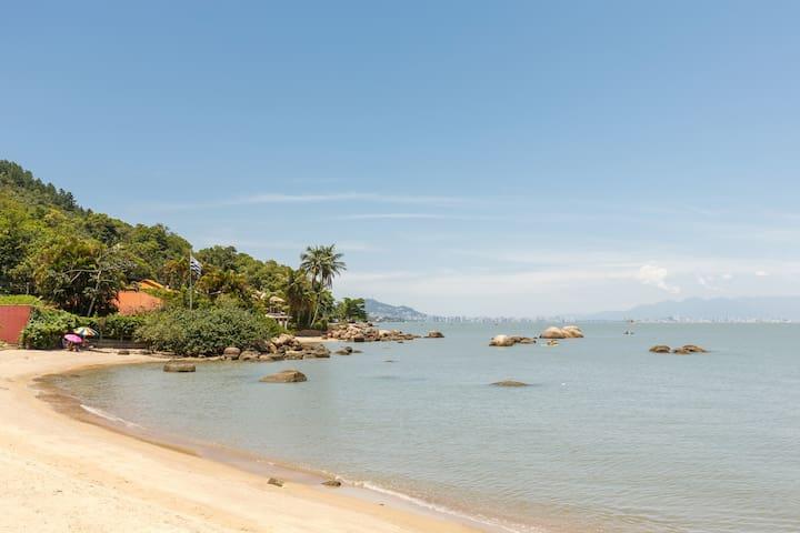 Flat João na praia de Sambaqui, 50 mtrs da praia