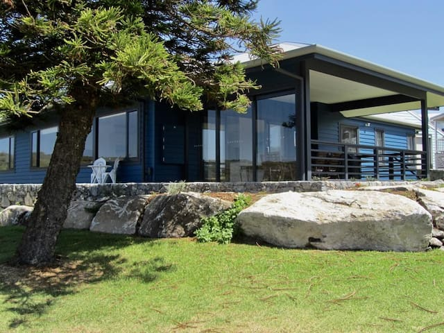 Storm Bay Cottage - lookout over the ocean and Alouarn Island in Flinders Bay
