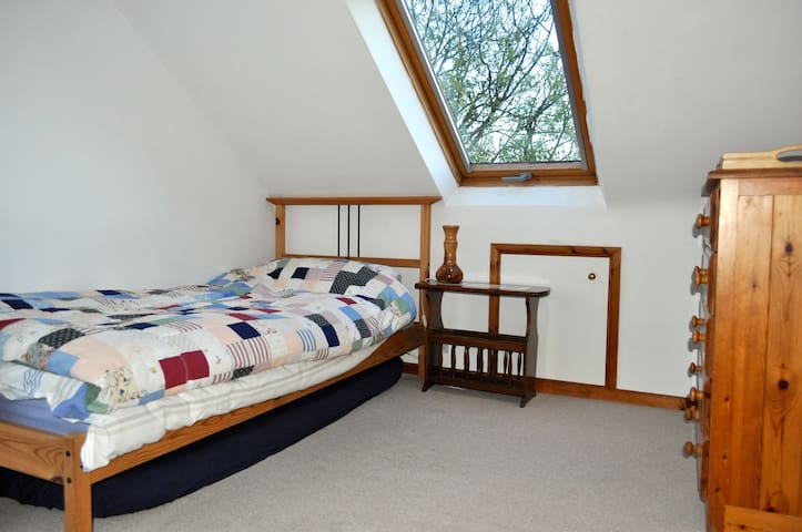 Open for business - Airy Attic Bedsit in Wantage