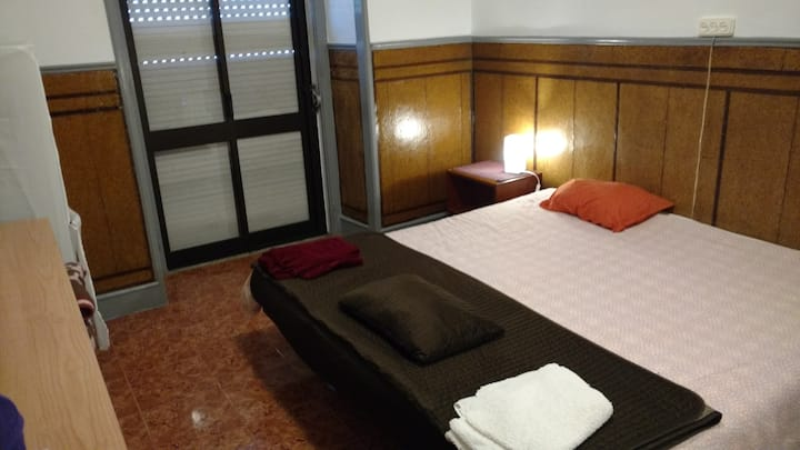 Double Room, 7 min walk from Lisbon Metro (Room 3)