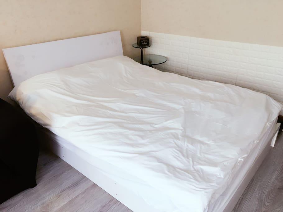 敢用白色床单 房东姐姐就是那么大胆 干净也可以写在床单上 【有褶皱】不用担心 我都是自己家里清洁消毒 不是酒店那种大锅洗 只是没用熨斗 各位房客放心使用哈