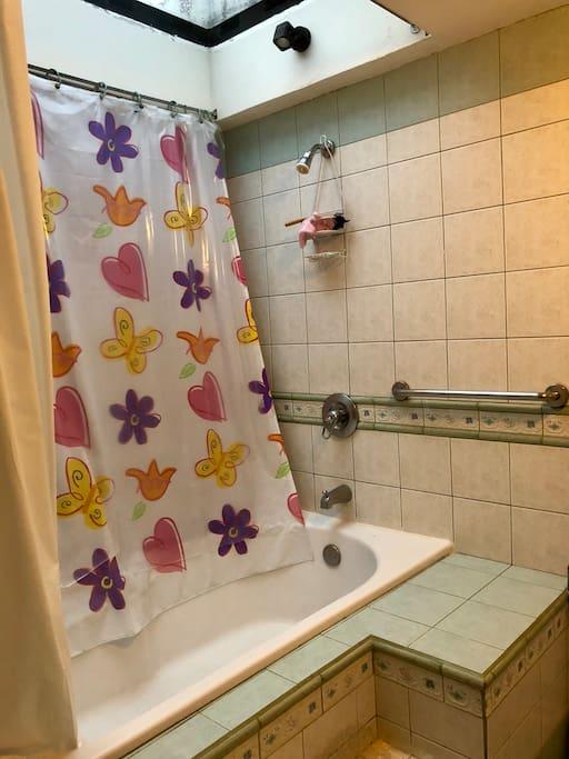 Bano privado con tina en la habitación