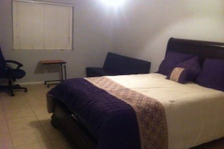 Room with Queen Bed and Futon.. - Thousand Palms