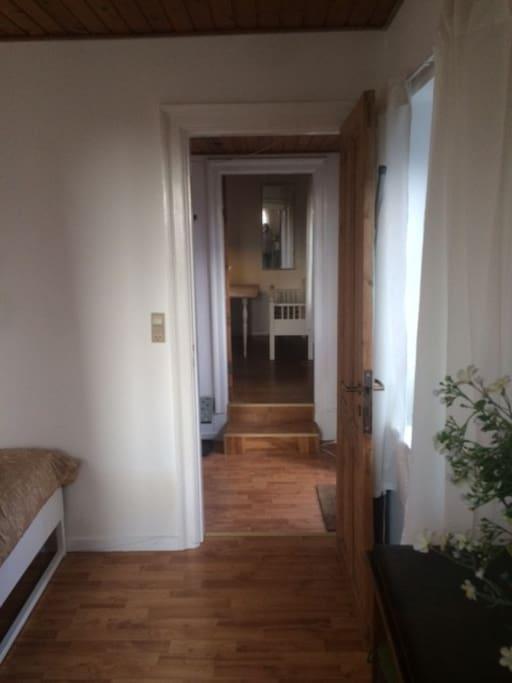 Kig fra soveværeset gennem entre og ned til stuen.