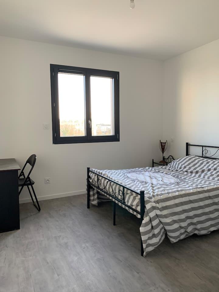 Chambre calme dans une maison neuve proche centre