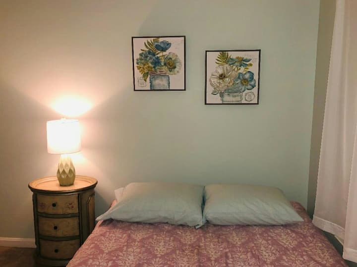 Small Cozy Private Room in town house off I-81