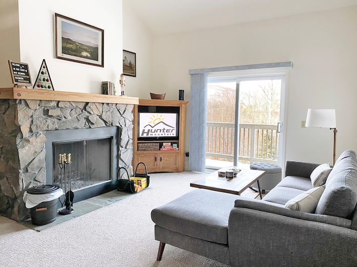 Family-friendly 3BR 2BA Hunter Mnt Townhome w/Pool
