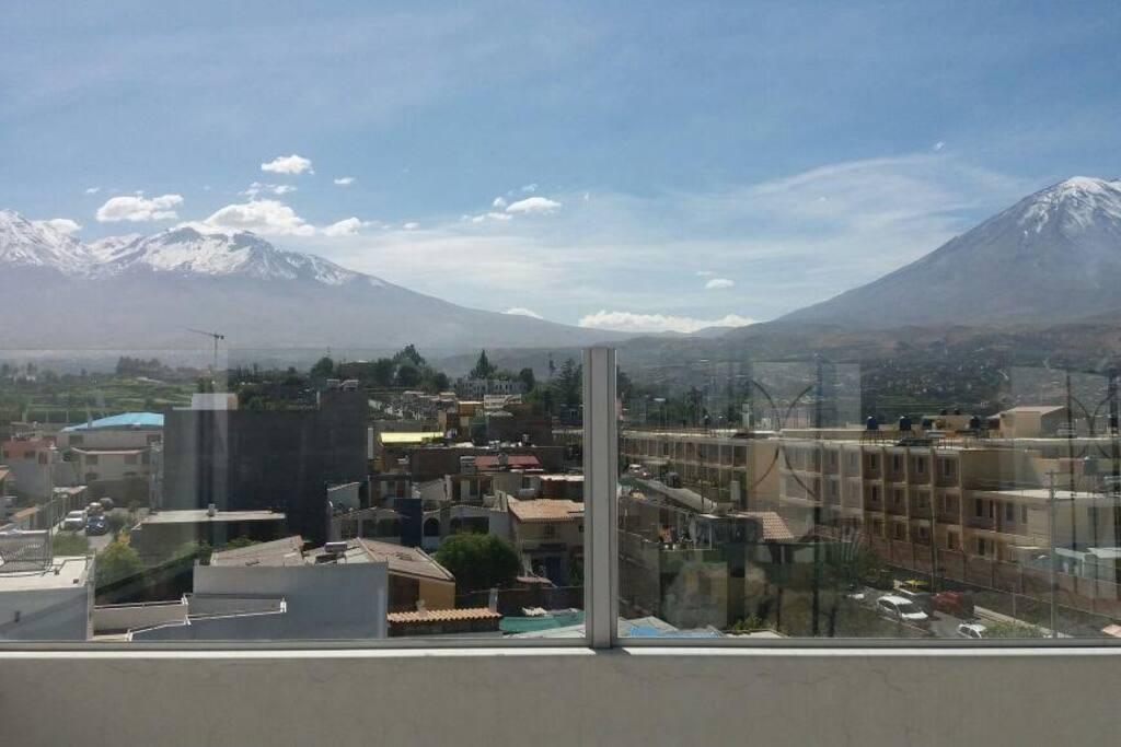 Vista de la terraza del edificio, volcanes Chachani y Pichu Pichu