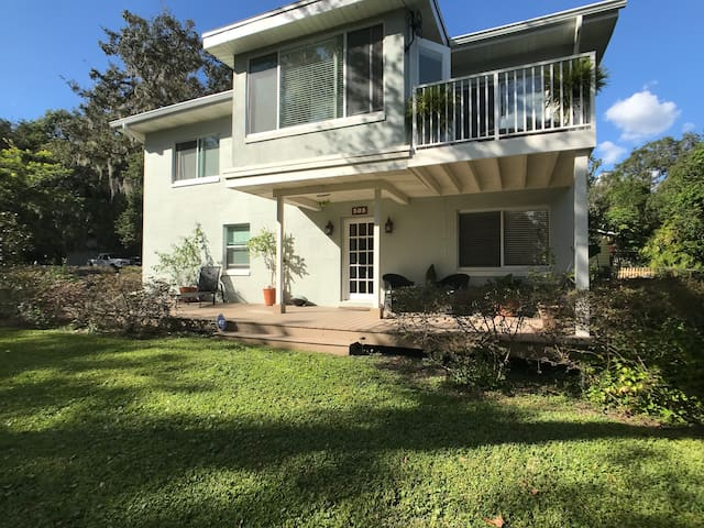Relaxing 2BR Lakeview Retreat Close to Attractions