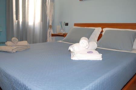 LA CASETTA guest house ( 30 euro per 2 persone)