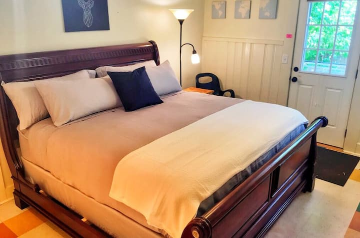 King Size Bed ♦ West End Studio ♦ Walk to Old Port