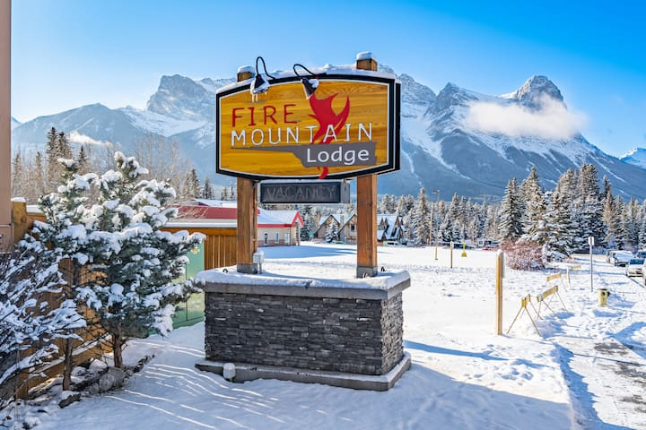 CENTRAL CANMORE  1,100sq, hot tub, fit, mtain view