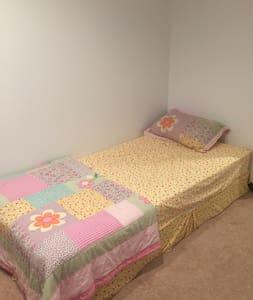 Pvt basement with full bath and kitchenette - Eagan - บ้าน