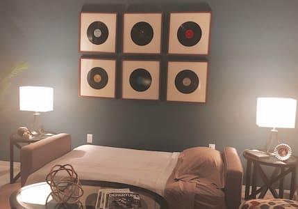 """G-Spot, """"sofá de chismes"""" - Orlando"""