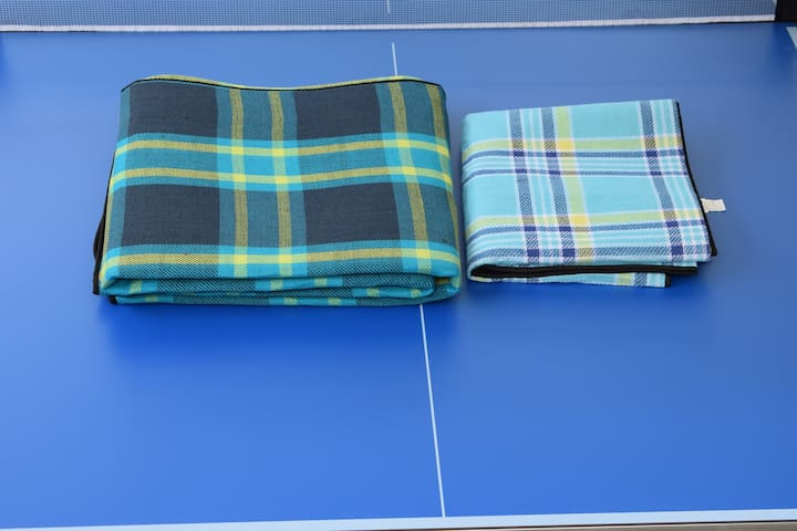2 Mantas para pic-nic/Two size blankets for pic-nic in the shadow of the cork trees