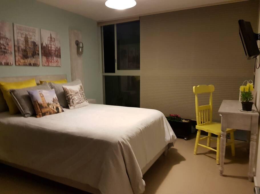 Una habitación muy amplia y cómoda.