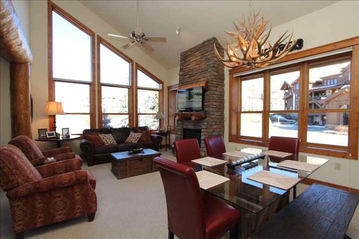 Luxurious Condo ski in/out.  Hot tub!  Walk to the slopes - Crested Butte - Apartamento