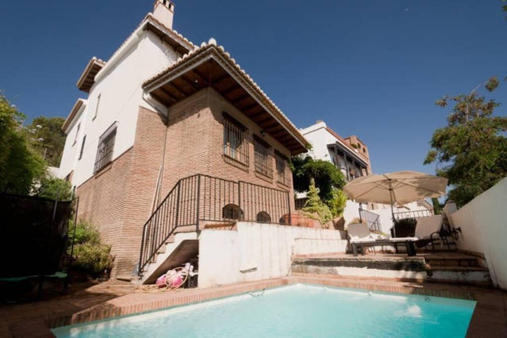 Maravilloso chalet con vistas piscina y chimenea for Alquiler casa con piscina granada