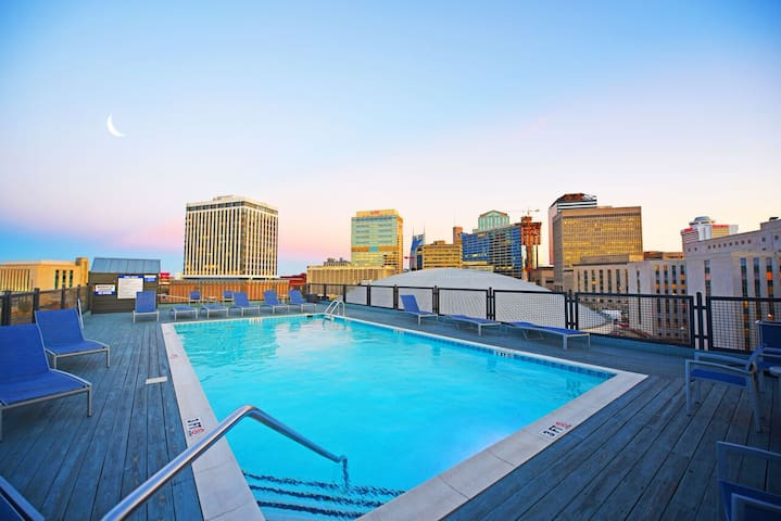 Downtown! Rooftop Pool! Walk to Broadway!
