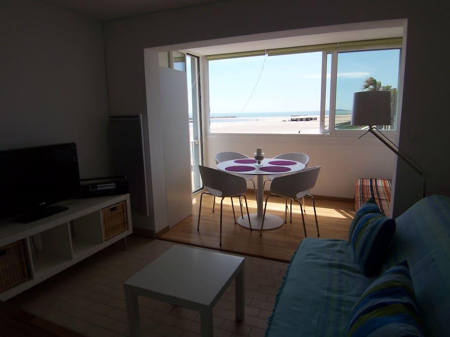 Salon avec grande télé  et vue mer