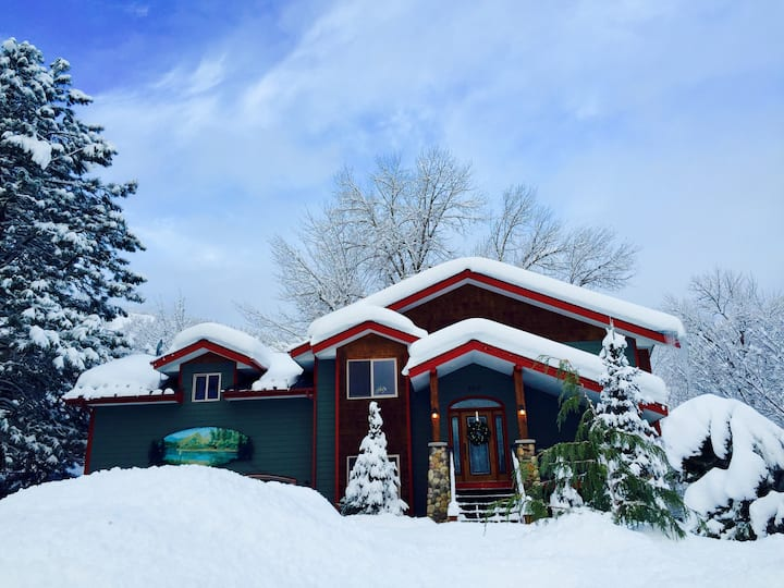 Riverdance Lodge, Close to town,  Special Getaway!