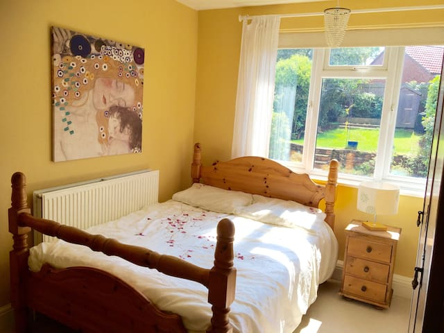 Sunny double room in beautiful home near the City